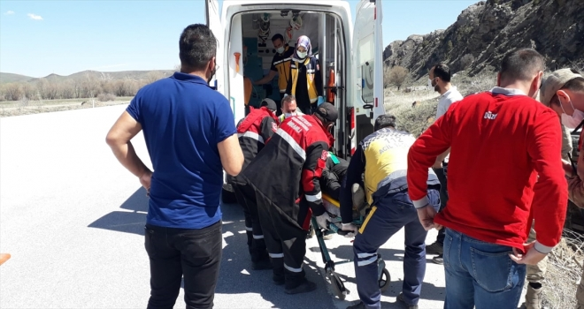 Sivas'ta şarampole devrilen minibüste sıkışan yolcuyu arama kurtarma ekipleri çıkardı
