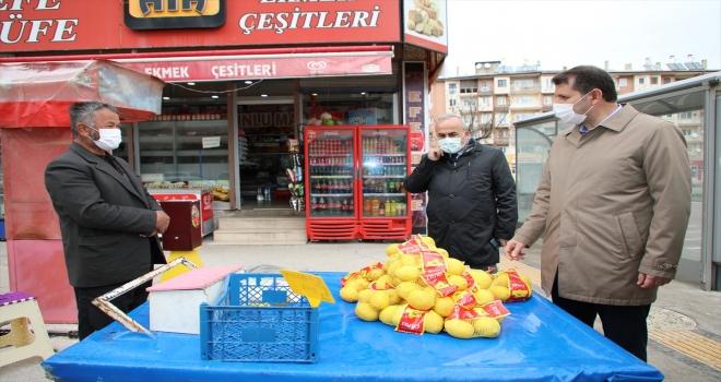 Sivas Valisi Ayhan, kısıtlamayı ihlal eden satıcıyı, limonlarını satın alıp evine gönderdi