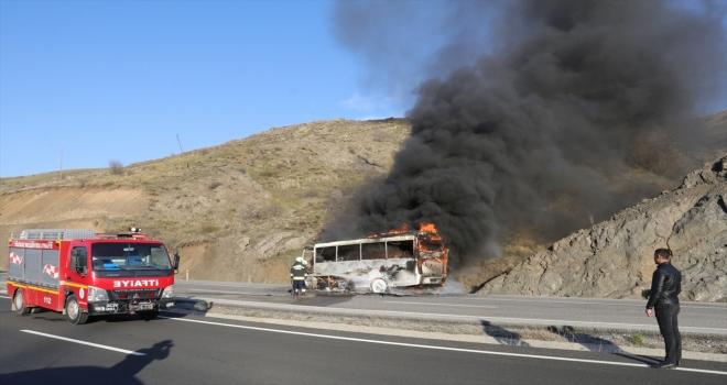 Yozgat'ta seyir halindeki işçi servis midibüsü yandı
