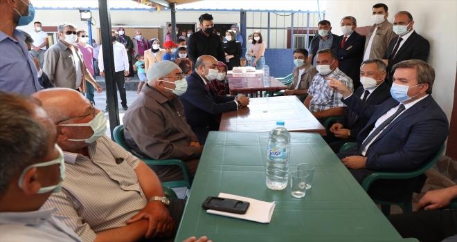 Aksaray Valisi Aydoğdu, arazi anlaşmazlığı nedeniyle 20 yıldır husumetli 2 kardeşi barıştırdı