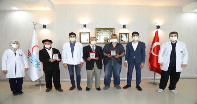 Ankara'da özel bir hastane yönetiminden doğaseverlere plaket
