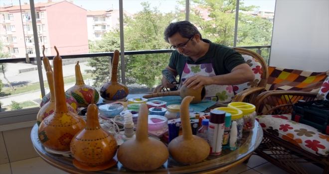 Fizik profesörü yetiştirdiği su kabaklarını sanat eserine dönüştürüyor