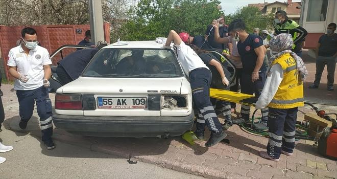 Kaza yaptıkları otomobilde sıkışan iki kardeş, kollarında serumla kurtarılmayı bekledi