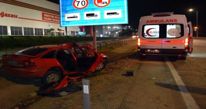 Kırıkkale'de otomobilin hız uyarı levhasına çarpması sonucu 4 kişi yaralandı