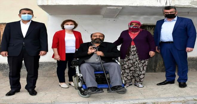 Nallıhan Belediyesince, bir engelliye akülü tekerlekli sandalye hediye edildi