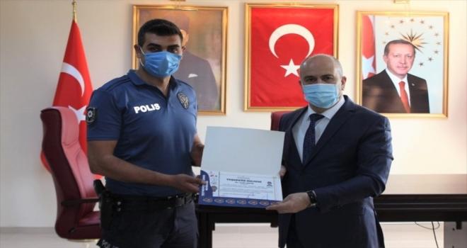 Nevşehir'de cüzdanını kaybeden ihtiyaç sahibi kadına yardımcı olan polislere teşekkür belgesi