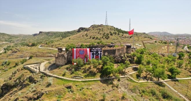 Nevşehir Kalesi'ne Beşiktaş ve Nevşehir Belediyespor bayrakları asıldı