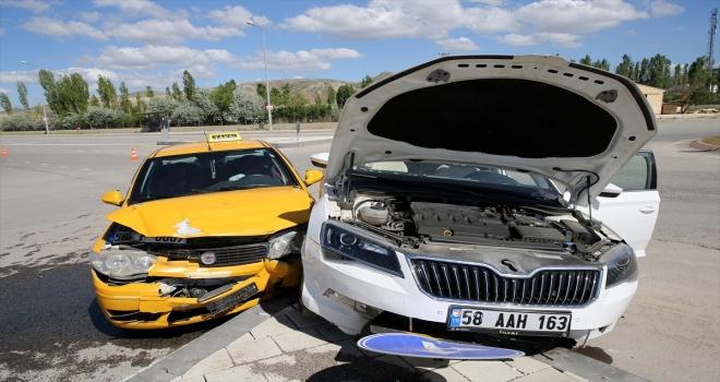 Sivas'ta otomobil ile taksi: 1 yaralı