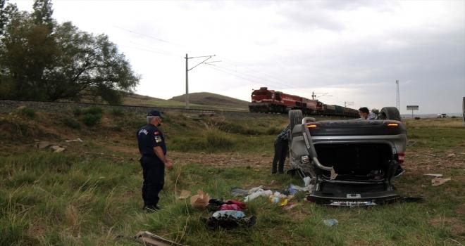 Sivas'ta otomobil şarampole devrildi: 3 yaralı