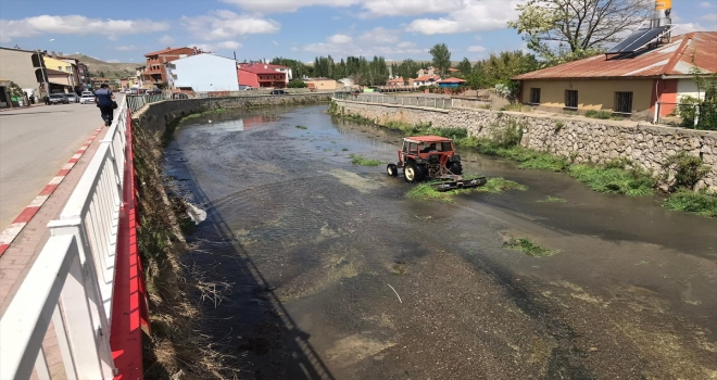 Sivas'ta Tecer Irmağı'nın yatağında temizlik çalışması yapıldı