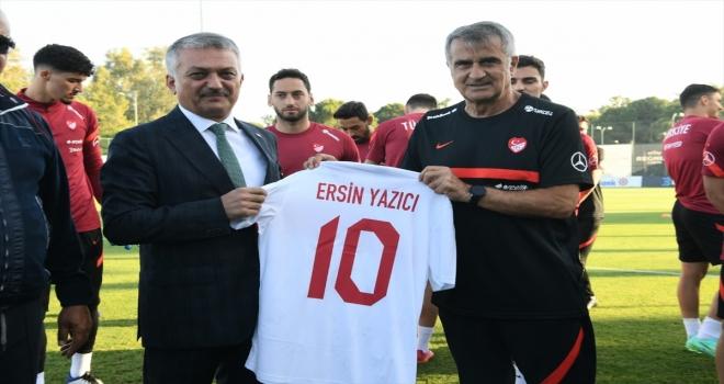 Vali Yazıcı, Antalya'da kamp yapan A Milli Futbol Takımı'nı ziyaret etti