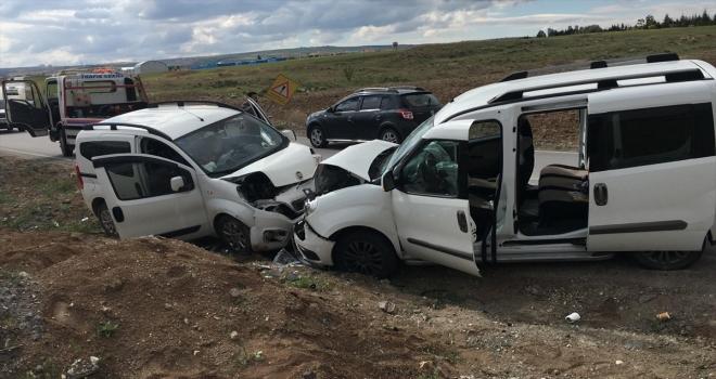 Ankara'da 2 hafif ticari aracın çarpışması sonucu 4 kişi yaralandı