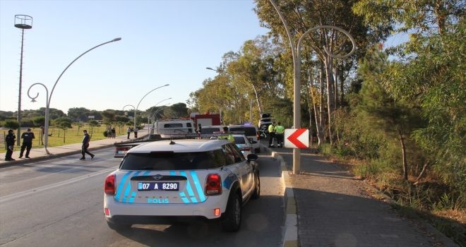 Antalya'da ağaca çarpan otomobilin sürücüsü hayatını kaybetti