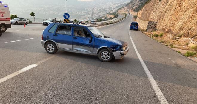 Antalya'da otomobil ile motosiklet çarpıştı: 2 yaralı