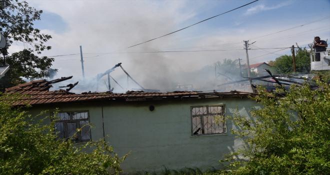 Antalya'da yangın çıkan müstakil evde mahsur kalan kadını komşuları kurtardı