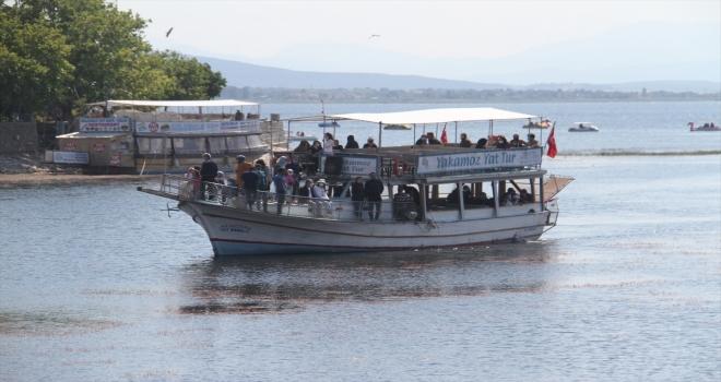 Beyşehir Gölü'nde gezinti yatları yasak olmayan günlerde mesaisini sürdürüyor