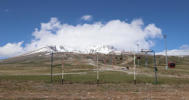 Erciyes'in yüksek kesimlerine kar yağdı