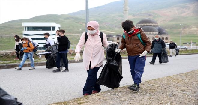 Erciyes'te gönüllüler çevre temizliği yaptı