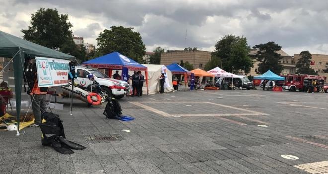 Kayseri'de AFAD ekipleri açtıkları stantta vatandaşları bilgilendiriyor