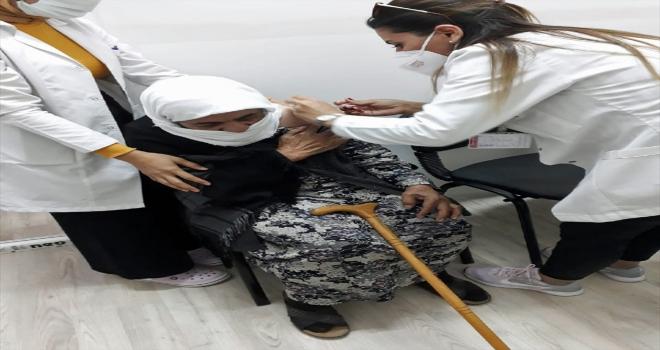 Kayseri'de aşıdan korkan 91 yaşındaki nineyi sağlık ekipleri ikna etti