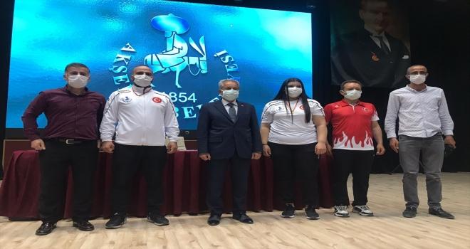 Milli halterci Nuran Yalçın, Akşehir Belediyesi'nce altınla ödüllendirildi