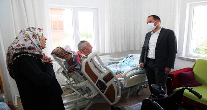 Niğde Belediye Başkan Özdemir, akülü tekerlekli sandalyeyi ihtiyaç sahibi vatandaşa teslim etti