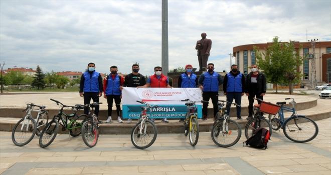 Sivas'ta bisikletli gençler Dünya Çevre Günü'nde şehitlikte temizlik yaptı