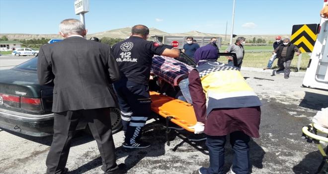 Sivas'ta hafif ticari araç ile otomobil çarpıştı: 2 yaralı