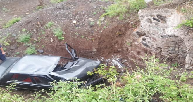 Sivas'ta otomobil menfeze devrildi: 1 yaralı