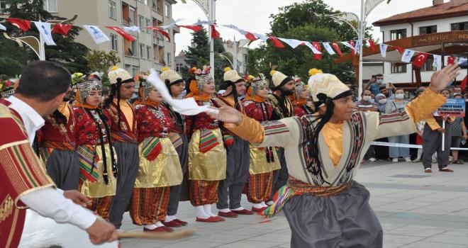 62. Uluslararası Akşehir Nasreddin Hoca Şenlikleri'nde halk oyunları gösterileri yapılıyor