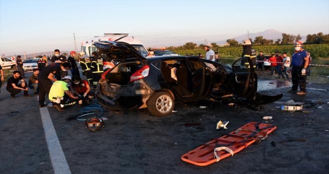 Aksaray'da gurbetçilerin bulunduğu otomobil düğün konvoyundaki otomobillerle çarpıştı: 2 ölü 6 yaralı