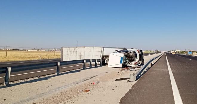 Aksaray'da kamyonet ile hafif ticari araç devrildi: 6 yaralı