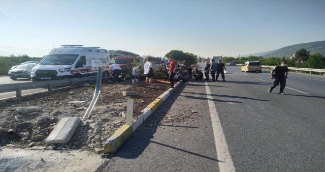 Akşehir'de refüje çarpan hafif ticari araçtaki 5 kişi yaralandı