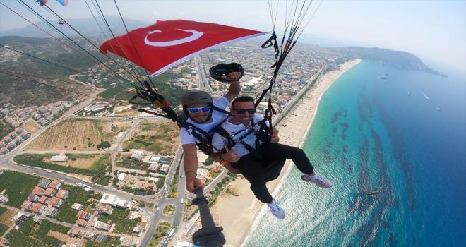 Antalya'da akademisyenler ve öğrenciler kara, hava ve su altında Türk bayrağı açtı
