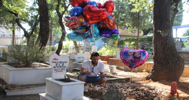 Antalya'da baloncunun çocuk mezarlarına balon bağlaması sosyal medyada ilgili gördü
