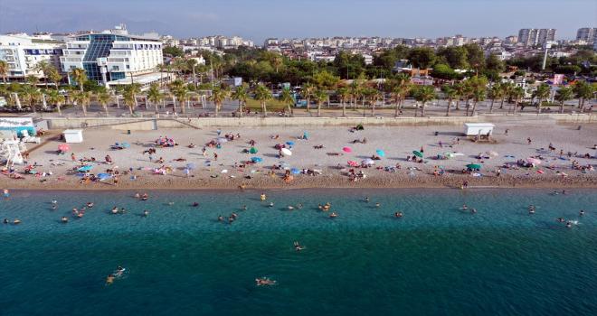Antalya'da bayram tatili yoğunluğu yaşanıyor