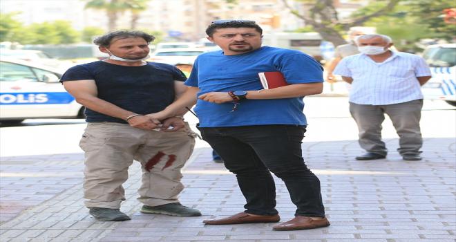 Antalya'da bir kişi kuyumcu babasını yaralayan hırsızlık şüphelisini yakalayıp polise teslim etti