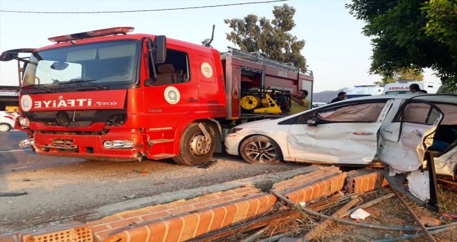 Antalya'da otomobille itfaiye aracı çarpıştı: 3 yaralı
