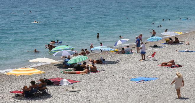 Antalya'da sahillerde bayram tatili yoğunluğu yaşanıyor