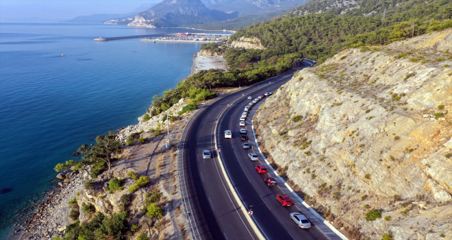 Antalya'daki Topçam Mesire Alanı girişinde uzun araç kuyruğu oluştu