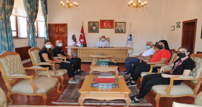 Başarılı sporcular Başkan Akkaya'yı ziyaret etti