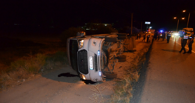Bayram tatili için memleketlerine giden tarım işçilerini taşıyan minibüs devrildi: 6 yaralı