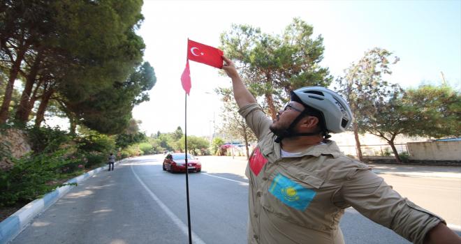 Bisikletle Türkiye'de turuna çıkan Kazak sporcu Kushuyev, Kaş'a ulaştı