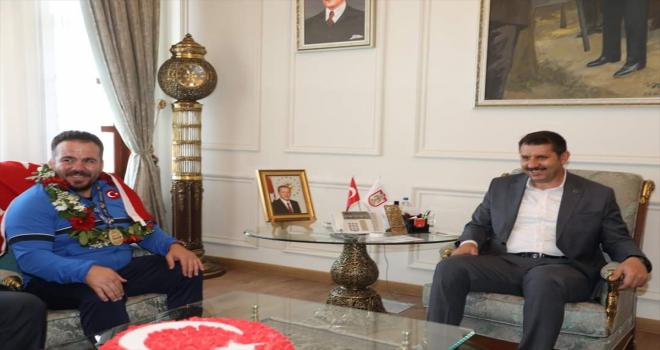 Dünya şampiyonu işitme engelli güreşçi Dursun Güzel, Sivas Valisi Salih Ayhan'ı ziyaret etti