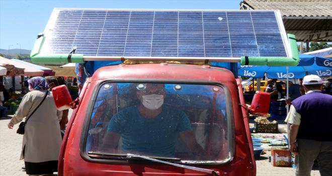 Elektrikli triportörüne taktığı güneş paneliyle masrafsız ve kesintisiz yolculuk yapıyor