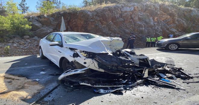 Antalya'da iki otomobil çarpıştı: 2 ölü, 5 yaralı