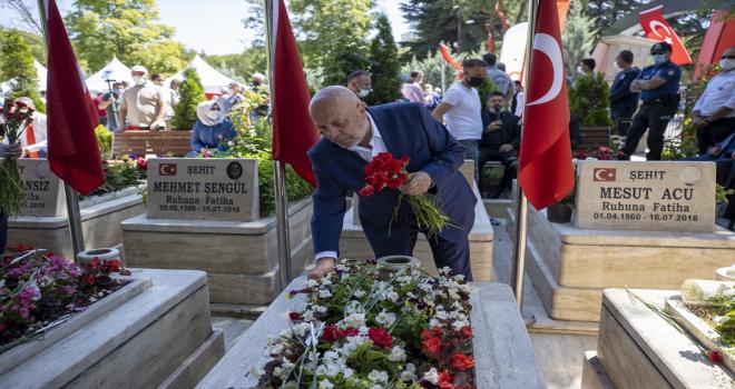 Hak-İş üyeleri, 15 Temmuz şehitlerini Karşıyaka Mezarlığı'nda andı