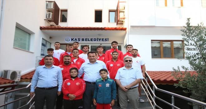 Kaş Belediyesinin güreş takımı Edirne'ye uğurlandı