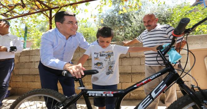 Kepez Belediye Başkanı Tütüncü, ev ziyaretlerinde çocuklara bayram hediyesi verdi