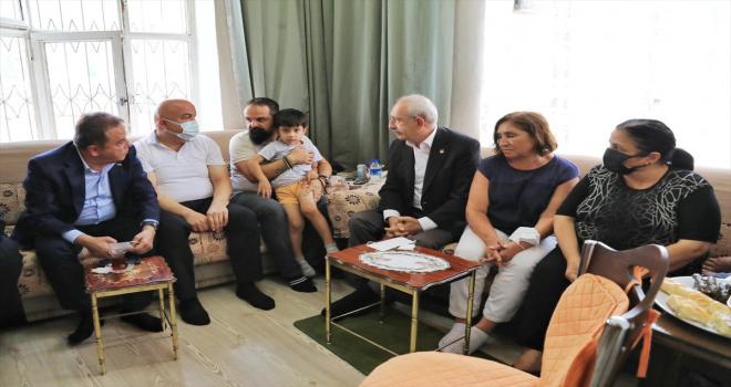 Kılıçdaroğlu, hayatını kaybeden CHP Konyaaltı Gençlik Kolları Başkanı'nın ailesini ziyaret etti